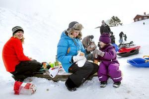 Mysigt med matsäck. Linda Hofvenstam hjälper treåriga dottern Noomi att dricka varm choklad ur termosmuggen. Tillsammans med bland andra Nette Enström och hennes dotter Villemo hade de en härlig dag i Hemlingby i går.