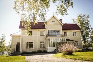 Revsunds prästgård byggdes 1906. 480 kvadratmeter bostadsyta ryms innanför väggarna.