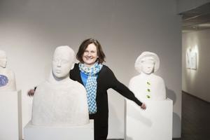 Camilla Bergman är tillbaka på Sandvikens Konsthall och visar verk från 80-talet och framåt. Helt nya är betongbysterna.