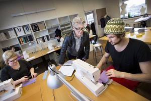 Birgitta Persson spanar in elevernas arbeten. De sista eleverna slutade i julas.