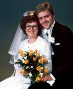 Anniqa, född Jonsson, och Mats Pettersson, Timrå, firar i dag pärlbröllop. Vigseln förrättades den 4 oktober 1975 av kyrkoherde Ingvar Arbman i Lögdö kyrka.
