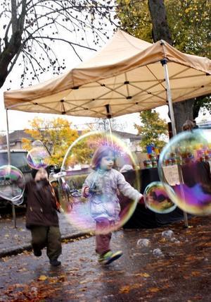 BUBBLOR.  Tyra Spångberg jagar jättebubblorna på marknaden.