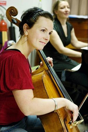 Nu ska de inte bara ackompanjera tre diviga damer, utan även sex kaxiga basar och tenorer. Men Las Divas stabila instrumentalister Katarina Åhlén, cello, och Anna Lundström, piano, tycks ta det med ro.