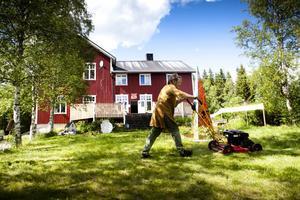 In i det sista arbetas det inför Nordingråfestivalen. Karin Olsén Öberg klipper gräs.