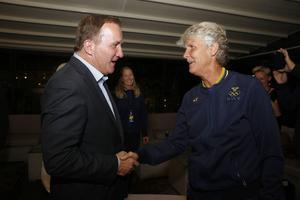 Statsminister Stefan Löfven (S) var med och hyllade landslagstränaren Pia Sundhages OS-insatser när laget kom hem med silver i bagaget.