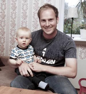 ögonsten. Sonen Elliot, 9 månader, är pappa Sebastian Sundkvists ögonsten. Smedjan och smidet har  hamnat i bakgrunden.