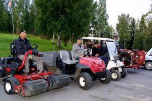 Nästan hela maskinparken är på plats. Förarna är Bengt Dahlberg,Per Anders Andersson, Daniel Lundqvist och lite skymd Asbjörn Sjöö.