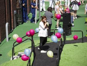 Felicia Bärgh uppträdde på invigningen av den nya lekplatsen.