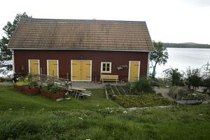 Uthus och utsikt mot Södra Barken. Makarna har kommit en bra bit med att anlägga en trädgård.