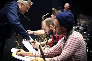 Kapellmästare Tommy Berndtsson instruerar Lilla storbandet.