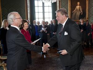 2011 mottog Knut Hendriksen medaljen Litteris et artibus av kung Carl XVI Gustaf. Nu har han även fått Kungliga Operans körpris.
