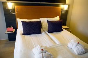 Quality Hotel. Sviten har en liten hall, sovrum, badrum och ett allrum med soffa.