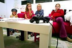 Foto: ANNAKARIN BJÖRNSTRÖM Lek på jobbet. Agnes Boson, 6 år, Josefin och Gustav Lindström, 8 respektive 5 år och Emelie Wallström, 13 år, uppskattar att det finns ett särskilt barnrum på Lantmäteriverket.
