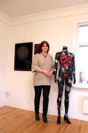 Sara Magnusson har via skrädderiyrket och konstskola landat i en mångsidig konstnärlig verksamhet. Här vid ett par av sina verk, däribland skulpturen