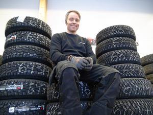 Han marknadsför sig på nytt sätt. Anders Jonsson som äger Däckshopen och är nominerad till Guldgalan som Årets Marknadsförare.