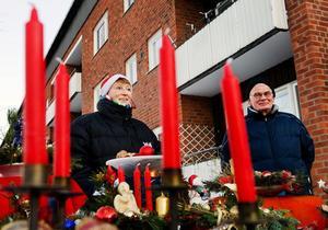Cornelia och Uwe Rossbalson bor delvis i Hamburg och delvis i sin stuga i Lill Roten, Timrå. Den här vintern är den första de upplevt i Sverige.– I Hamburg blir det aldrig så här mycket snö. Det är riktigt fint här, säger Uwe Rossbalson som jämför Sveriges julpyntande med Tysklands och konstaterar att tyskarna nog börjar pynta redan i november.