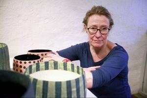 Bibbi Forsman är uppvuxen i Luleå och bor sedan 1980-talet i Göteborg, med start i dag visar hon keramiska krukor och kransar som anknyter till både glädje och sorg.
