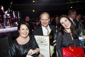 Årets företagare i Örnsköldsvik, Niklas Nyberg, med årets kvinnliga företagare i samma kommun, Marica Apelquist och Marie Wiklund.
