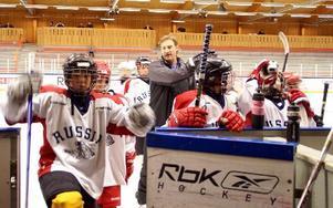 Claes Nordsäter är en av alla tränare som kör med eleverna i Furudals hockeyskola.FOTO: HANS BLOOM