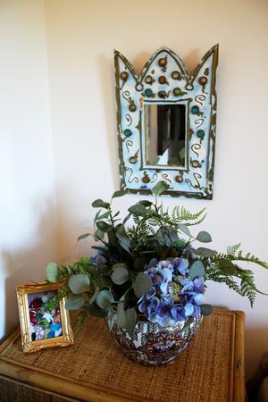 Vackra snittblommor finns lite överallt i huset.