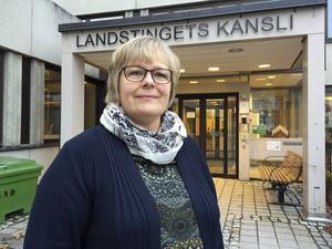 Ingela Pirttilä är en bekymrad tillgänglighetssamordnare på landstinget. Ur patientens synvinkel är väntetiden på operation alldeles för lång.