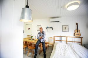 Anders Ågren i vandrarhemmet på gården.