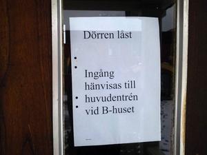 Numera finns det bara en dörr in på skolan efter att en man burit kniv  i skolans lokaler och uttalat hot med en elev på grundskolan.Foto: Håkan Degselius