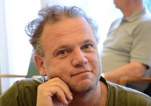 - Det långsiktiga arbetet kan förloras, säger Stefan Backius (V) som betonar att det ligger en rejäl utredning till grund för beslutet om biblioteket i egen regi.