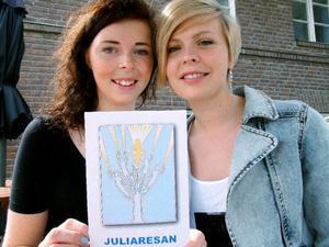 Beatrice Björch och Stina Lif med Juliaresans logotype.