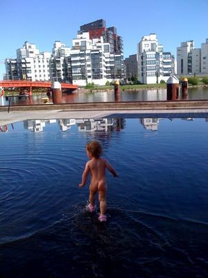 """Går på vattnet. """"Livia  tar ett svalkande dopp i plaskbassängen vid Östra hamnen en varm dag i juni""""."""