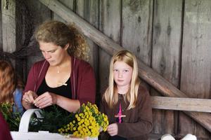 Ida Axelia Blixt gjorde blommor av sugrör, värmeljus, brustablettsformar, kapsyler och ståltråd. Bredvid sitter kursledaren Kristina Sundkvist.