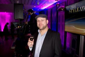 Nicklas Sandström. Spelade bas i ett coverband under kvällen.