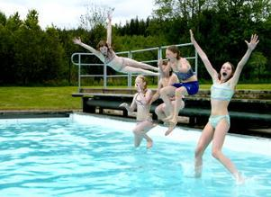 Några badkrukor var inte de fem flickorna som de första badande när Kubenbadet öppnade för sommaren. För dem var det bara att kasta sig i det 26 gradiga vattnet.