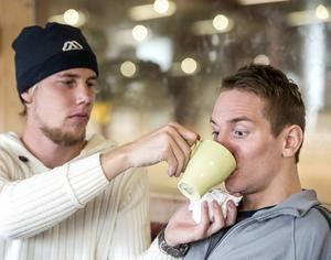 Fredde har börjat kunna dricka själv igen, men än så länge får Emil oftast assistera.