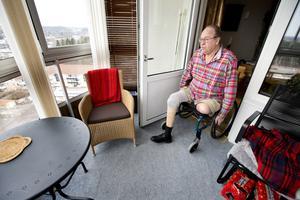 Dubbla proteser. Benny Jönsson har en ovanligt svårbehandlad form av diabetes, vilket har förstört hans blodcirkulation snabbare än för de flesta. Förra året fick han amputera sitt vänstra ben efter en sårinfektion. Foto: Rune Jensen