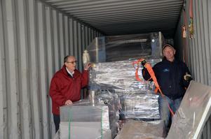 På väg till Burkina. Bertil Johansson och Sören Fagerstedt packar nästa container till Burkina Faso, som innehåller bland annat en tryckpress.