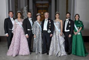 Prins Daniel, drottning Silvia, kung Carl Gustaf, kronprinsessan Victoria, prins Carl Philip och prinsessan Sofia åker till Oslo för att firar det norska kungaparets 80-årsdagar. Prinsessan Madeleine och Christopher O'Neill kommer inte att närvara.