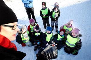 Karin Kvam, länskonstkonsulent i Östersund, med en riddare i handen som snart ska frysas in. Barnen från Junibackens förskola i Byskogen lyssnade spänt och tyckte nog att det var lite läskigt.