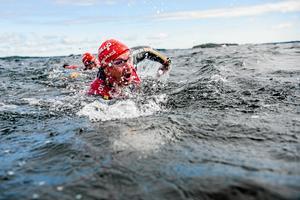 Hiphopartisten Petter Askergren metern före lagkompisen Mårten Vidlund i fjolårets Ö till ö. Laget slutade på 47:e plats i herrklassen med tiden 11.45, men framför allt samlade de in över 30 000 kronor till Barncancerfonden (arkivfoto).