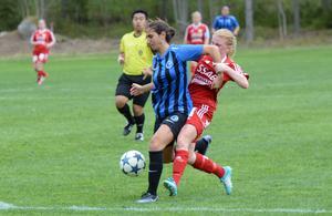 Gustafs-anfallaren Marie Höglund stoppas av Täby-försvaret.