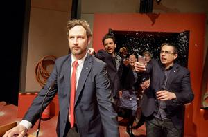 Aksel Morisse (i röd slips) med flera skådespelare i Uppsala stadsteaters uppsättning av Daniel Suhonens reportagebok