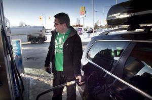 Tomas Larsson tycker att bensinpriset blivit väl dyrt.
