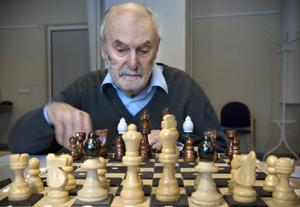 Williams Lyons har spelat schack sedan 1985, men när grönstarren tog allt mer av synen lade han av under några år. 2006 bestämde han sig att börja spela igen – men nu med de synskadade.