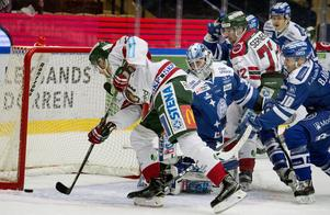 Sebastian Björnstad, 19, spelade hela matchen mot Frölunda. Här lyckades han hindra Johan Sundström från att lägga in pucken i öppet mål.