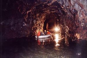 Även när bergrummen är tomma finns det oljesörja kvar på botten under vattnet. Den här bilden togs 1993, när nästan alla bergrum var tomma.