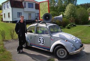 Ola Sandberg med Gällö Folkets hus ägandes PR-bubbla.                                  Foto: Ingvar Ericsson