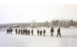 Isen har lagt sig hösten 1950 och eleverna från Sörviken ledsagas över Ljusnan på väg till skolan i Hedeviken.