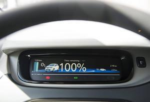 Bildtext 12: Maximalt laddade batterier men ändå är bara 128 kilometer kvar av den utlovade räckvidden på 210 kilometer. Tända strålkastare, luftkonditionering och tyngden på högerfot får systemet att göra nya kalkyler.    Foto: Pontus Lundahl/TT