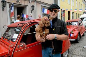 Tradition. För Tommie Johansson från Åsbro är det tradition att delta i nationaldagsfirandet i Askersund. Till och med hunden Sally har fått en rosett med de franska färgerna.