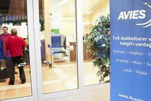 Avies fortsätter flyga sträckan Sveg - Arlanda i fyra år till, det var förra veckans samtalsämne på flygplatsen i Sveg. Nu har flera piloter som Tidningen Härjedalen varit i kontakt med uttalat sig om vad det tycker om hur företaget sköter sina flygplan och sin personal.